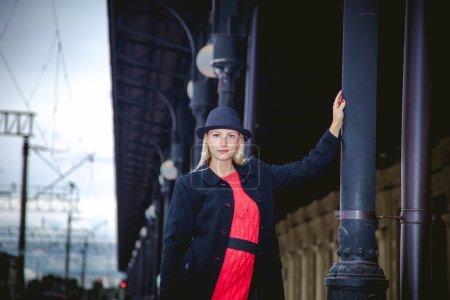 Photo pour Fille en manteau noir sur la station Peroni - image libre de droit