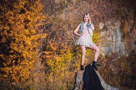 Photo pour Fille dans une robe sexy et une écharpe, une nouvelle collection fasion - image libre de droit