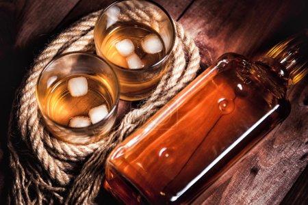Photo pour Related verres de whisky et une bouteille - image libre de droit