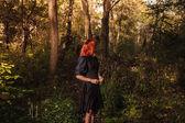 Junge rothaarige Frau im Wald