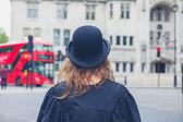 Frau in Bowler-Hut und Graduierung Kleid