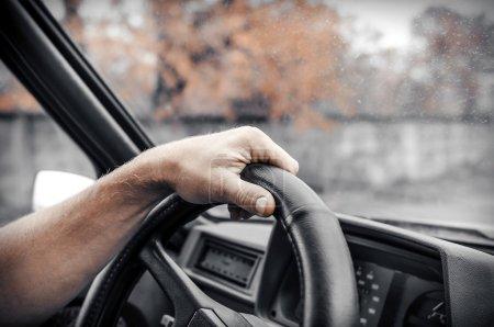 Photo pour Un homme conduisant sa voiture. Mains tenant la roue . - image libre de droit