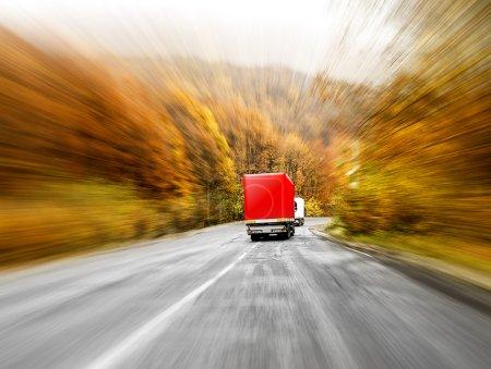 Photo pour Deux camions en mouvement se brouillent sur l'autoroute - image libre de droit