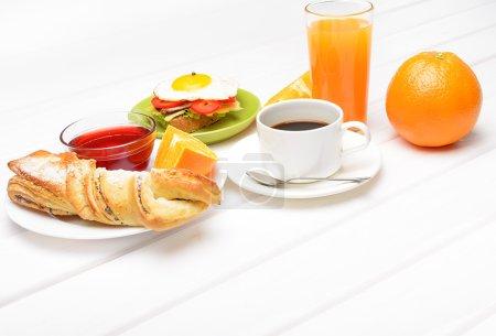 Photo pour Petit déjeuner avec café jus d'orange croissant oeuf légumes et fruits - image libre de droit