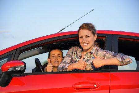 Mädchen in einem roten Auto.