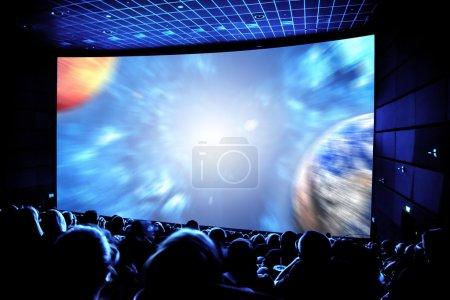 Photo pour Cinéma. Le public dans des lunettes 3D regardant un film. Éléments de cette image fournis par la Nasa - image libre de droit