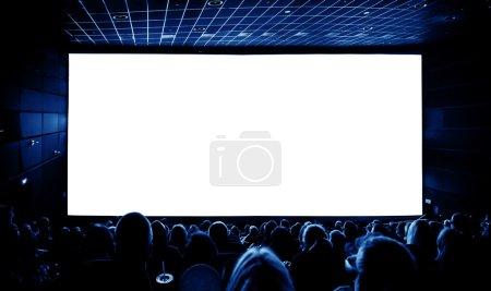 Photo pour Cinéma. Le public dans des lunettes 3D regardant un film. Un écran blanc pour votre image - image libre de droit
