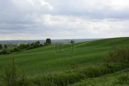 Außerhalb der Stadt - ländliche Landschaft - eine alte Windmühle am Fels