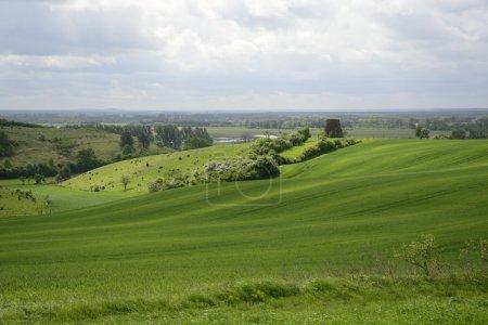Photo pour Campagne polonaise classique, champs, prairies, lacs, collines, étangs, moulins à vent . - image libre de droit