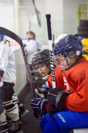 Junge Eishockeyspieler sorgen sich um ihr Spiel