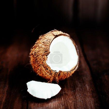 Photo pour Noix de coco sur fond sombre. Gros plan de noix de coco sur une table en bois avec espace copie - image libre de droit