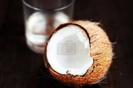Photo pour Noix de coco fraîche sur le fond en bois sombre. Gros plan de noix de coco sur une table en bois avec espace copie - image libre de droit