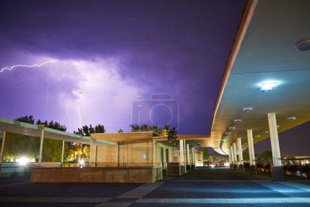 Foto de Trueno en el cielo nublado sobre estructuras arquitectónicas - Imagen libre de derechos
