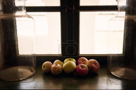 Photo pour En bois foncé clair fenêtre et pommes - image libre de droit