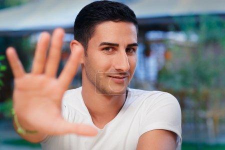 Photo pour Portrait d'un bel homme refusant en faisant un signe - image libre de droit