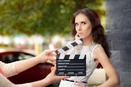 Photo pour Jeune star de cinéma professionnelle dans un film - image libre de droit