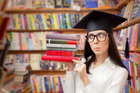 Photo pour Ecole diplômée femme avec lunettes et manuels scolaires - image libre de droit