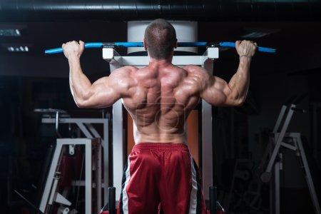 Photo pour Mâle bodybuilder, faire des exercices de poids lourd pour le dos - image libre de droit
