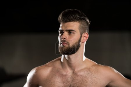 Photo pour Portrait Of A Young Sporty Man In The Modern Gym With Exercise Equipment - image libre de droit