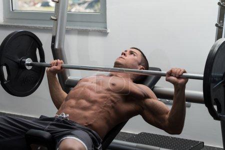 Jeune homme faire des exercices de développé couché pour la poitrine