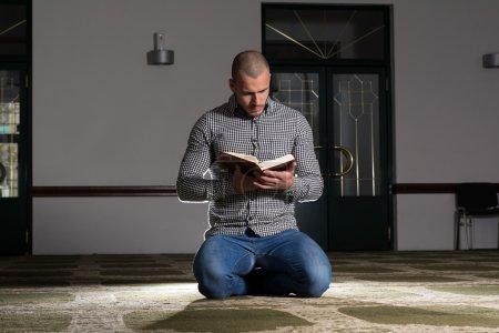 Photo pour L'homme musulman lit le Coran - image libre de droit