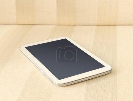 Photo pour Taplet blanc pc sur canapé, Profondeur de champ faible - image libre de droit