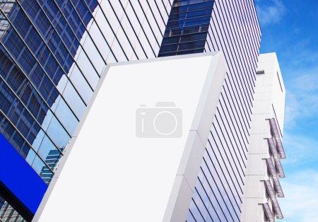 Photo pour Bâtiment moderne sur fond ciel - image libre de droit