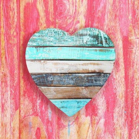 Photo pour Coeur en bois sur fond vintage - image libre de droit