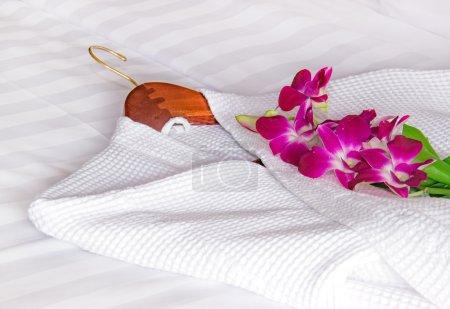 Photo pour Peignoir blanc sur le lit - image libre de droit