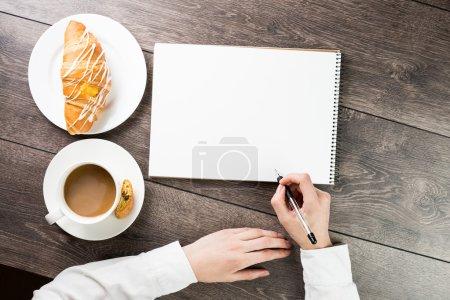 Photo pour Notes de mains, tasse de café et croissant - image libre de droit