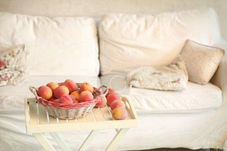 Photo pour Coin confortable de chambre blanche avec canapé, panier de table de pêche - image libre de droit