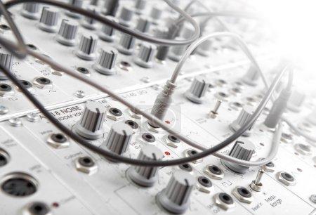 Photo pour Gros plan d'un synthétiseur modulare analogique dans un studio d'enregistrement - image libre de droit