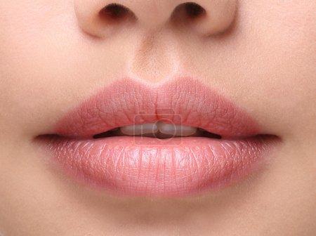 Photo pour Une partie du visage, jeune femme de près. lèvres dodues sexy sans maquillage - image libre de droit
