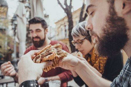 Amis dans le Restaurant de Fast Food