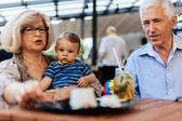 Prarodiče s jejich vnuk Cafe