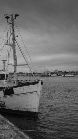 Photo pour Il y a un bateau de pêche dans le port de Travemuende - image libre de droit