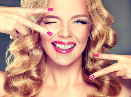 Photo pour Belle jeune femme aux cheveux blonds, glamour maquillage, ongles roses et coiffure élégante - image libre de droit