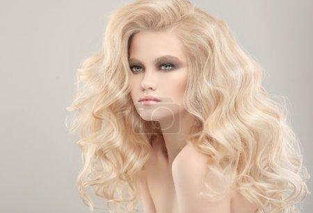 Foto de Modelo con pelo largo Rubio posando en el estudio. - Imagen libre de derechos