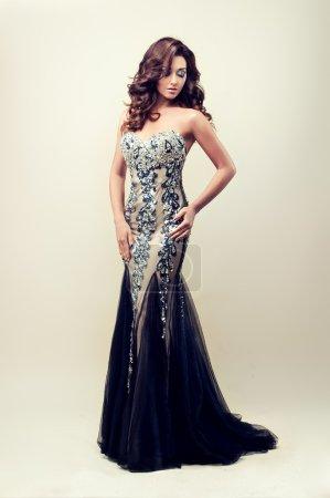 Photo pour Belle dame en robe de soirée argent - image libre de droit