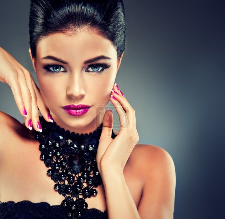 Photo pour Model with fashionable nail Polish fuchsia and black necklace - image libre de droit