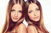 Krásná dívka dvojčata