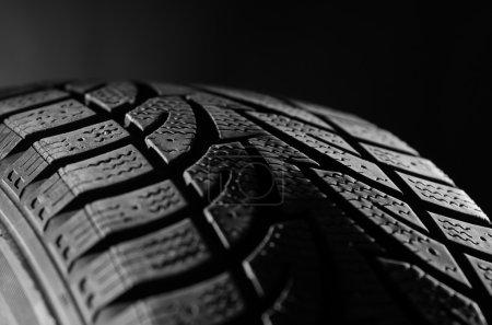 Photo pour Image du pneu en caoutchouc noir - image libre de droit