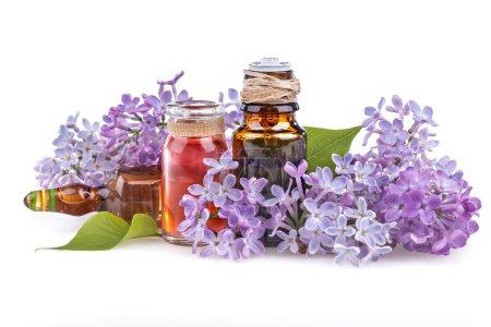 Photo pour Huile essentielle d'arôme bio avec lilas sur fond blanc - image libre de droit