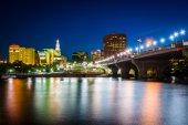 Centrum Panorama a zakladatel Bridge v noci, v Hartfordu