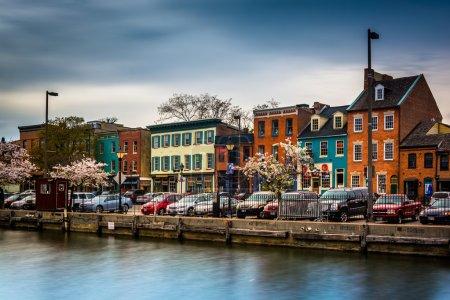 Photo pour Magasins et bâtiments colorés à Fells Point, Baltimore, Maryland . - image libre de droit