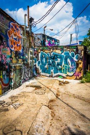Photo pour Graffiti sur les murs dans une ruelle à Little Five Points, Atlanta, Géorgie . - image libre de droit