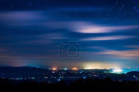 Photo pour Étoiles et les nuages se déplacent dans le ciel nocturne au-dessus des villes de la vallée de shenandoah, à partir de voiture skyline dans le parc national de shenandoah, Virginie. - image libre de droit