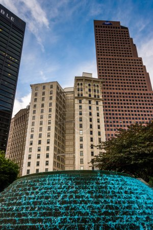 Photo pour Fontaines et bâtiments au Woodruff Park au centre-ville d'Atlanta, Géorgie . - image libre de droit
