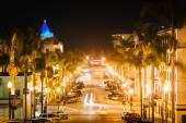 California Street v noci, v centru města Ventura, Kalifornie