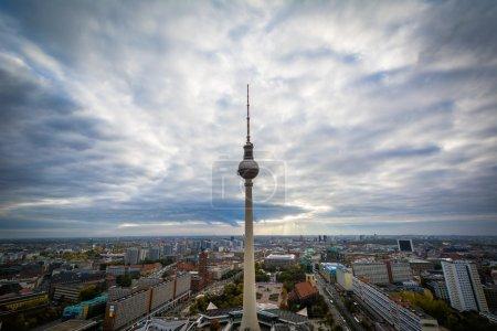 Photo pour Vue de la tour de télévision de Berlin (Fernsehturm), à Mitte, Berlin, Allemagne . - image libre de droit